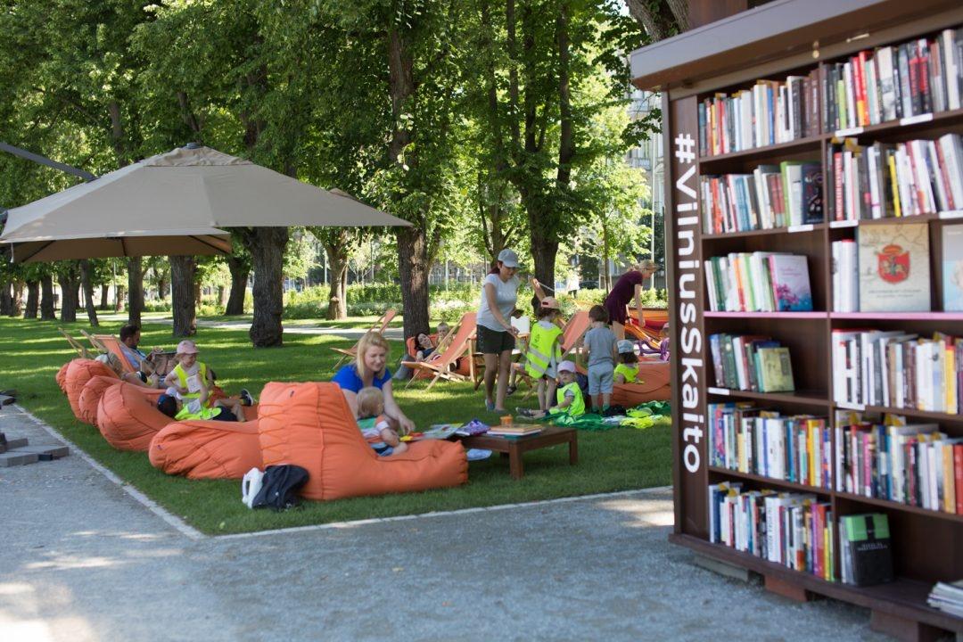 Trečiai vasarai  į Lukiškių aikštę sugrįžta skaitykla po atviru dangumi