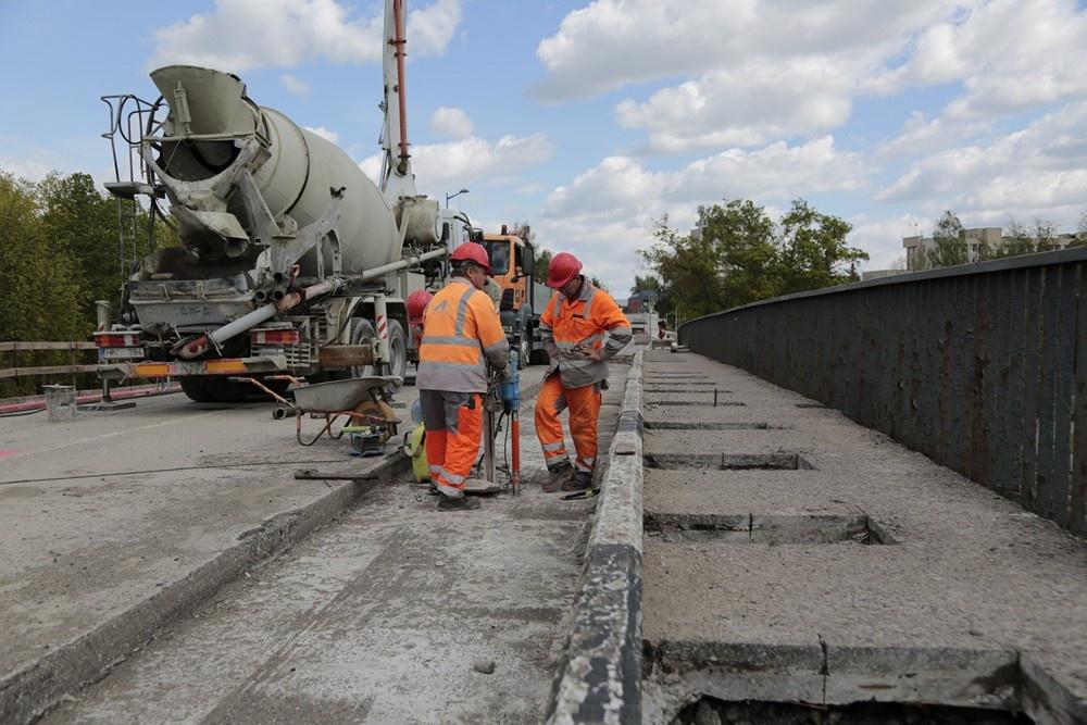 Remontuojant tiltą per Šešupę rasta senojo grindinio