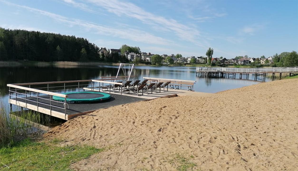 Nusiteikusius vasaros pramogoms, jau kviečia atsinaujinęs Molėtų paplūdimys