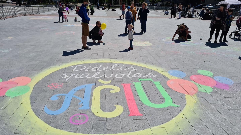 Prisikėlimo aikštė puošiama spalvingais vaikų piešiniais (vaizdo įrašas)
