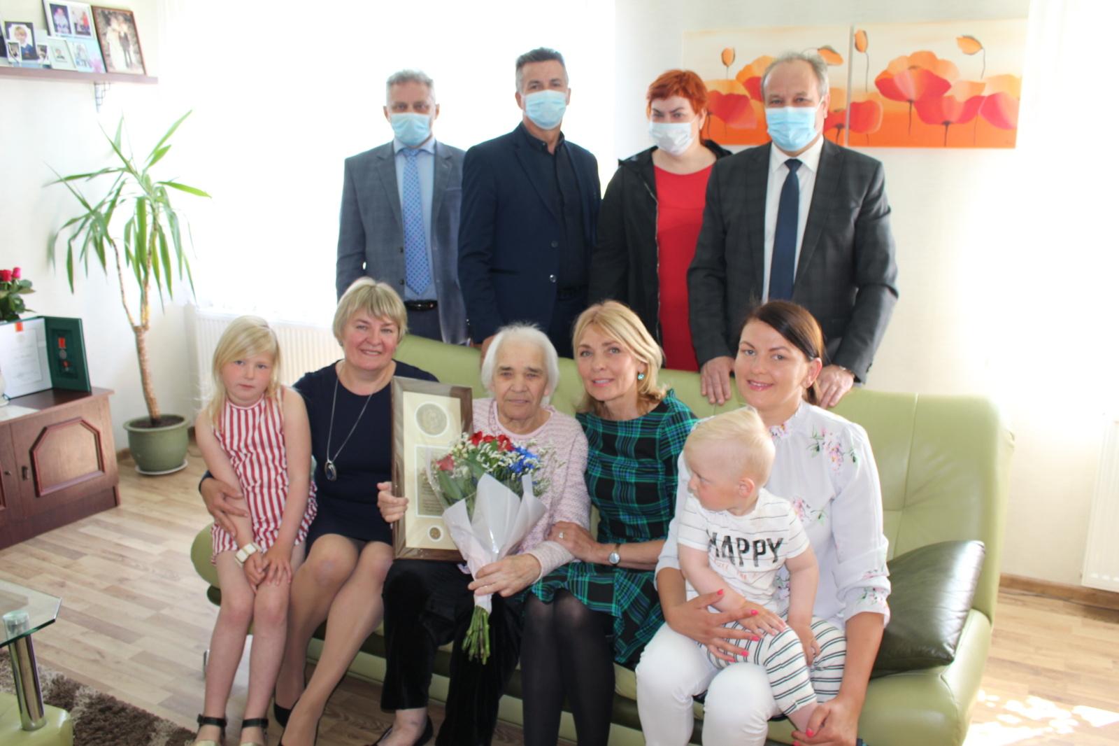 Prezidento apdovanotai daugiavaikei mamai – Savivaldybės vadovų padėka
