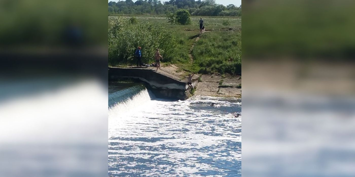 Gyventojai baiminasi nelaimės: Skongalio užtvankoje maudosi vaikai