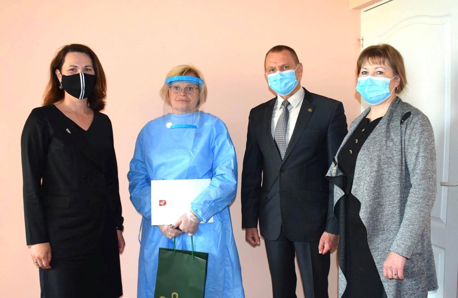 Sveikatos apsaugos ministro padėkos – į penkių Lazdijuose dirbančių medikų rankas