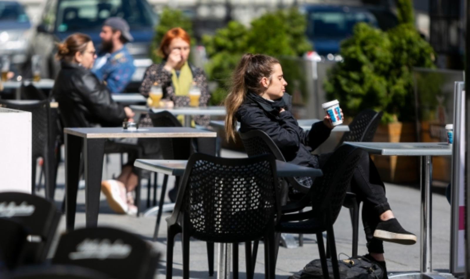 Vyriausybė ketina trumpinti kavinių, naktinių klubų, kazino darbo laiką iki vidurnakčio