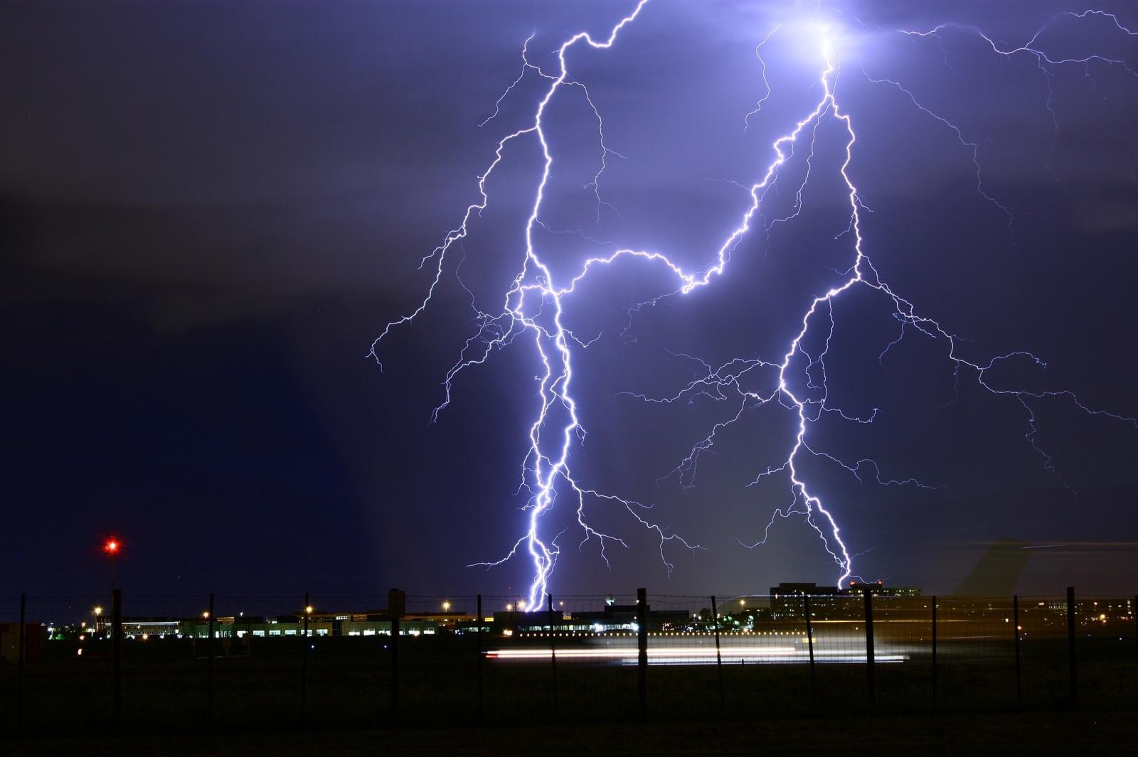 Audrose tykantys pavojai: ar saugu vairuoti žaibuojant? Kaip elgtis per krušą ir potvynių metu?