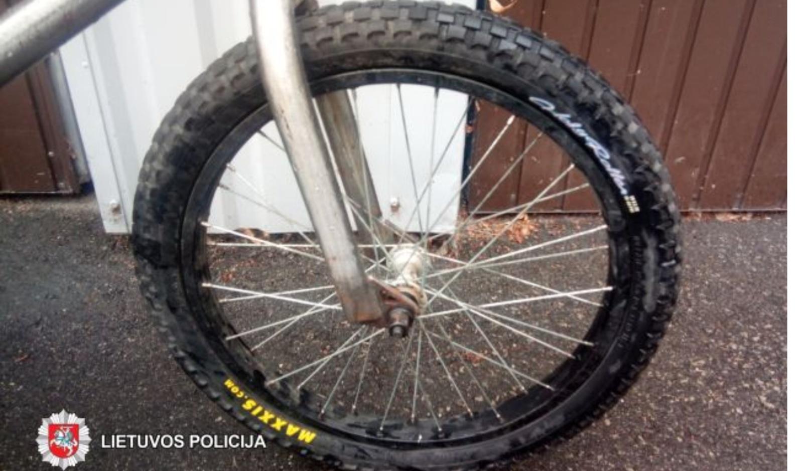 Partrenkusi mažametį dviratininką, vairuotoja iš įvykio vietos pasišalino