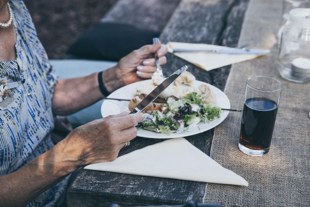 Senjorų mityba vasarą: kaip keičiasi apsipirkimo įpročiai?