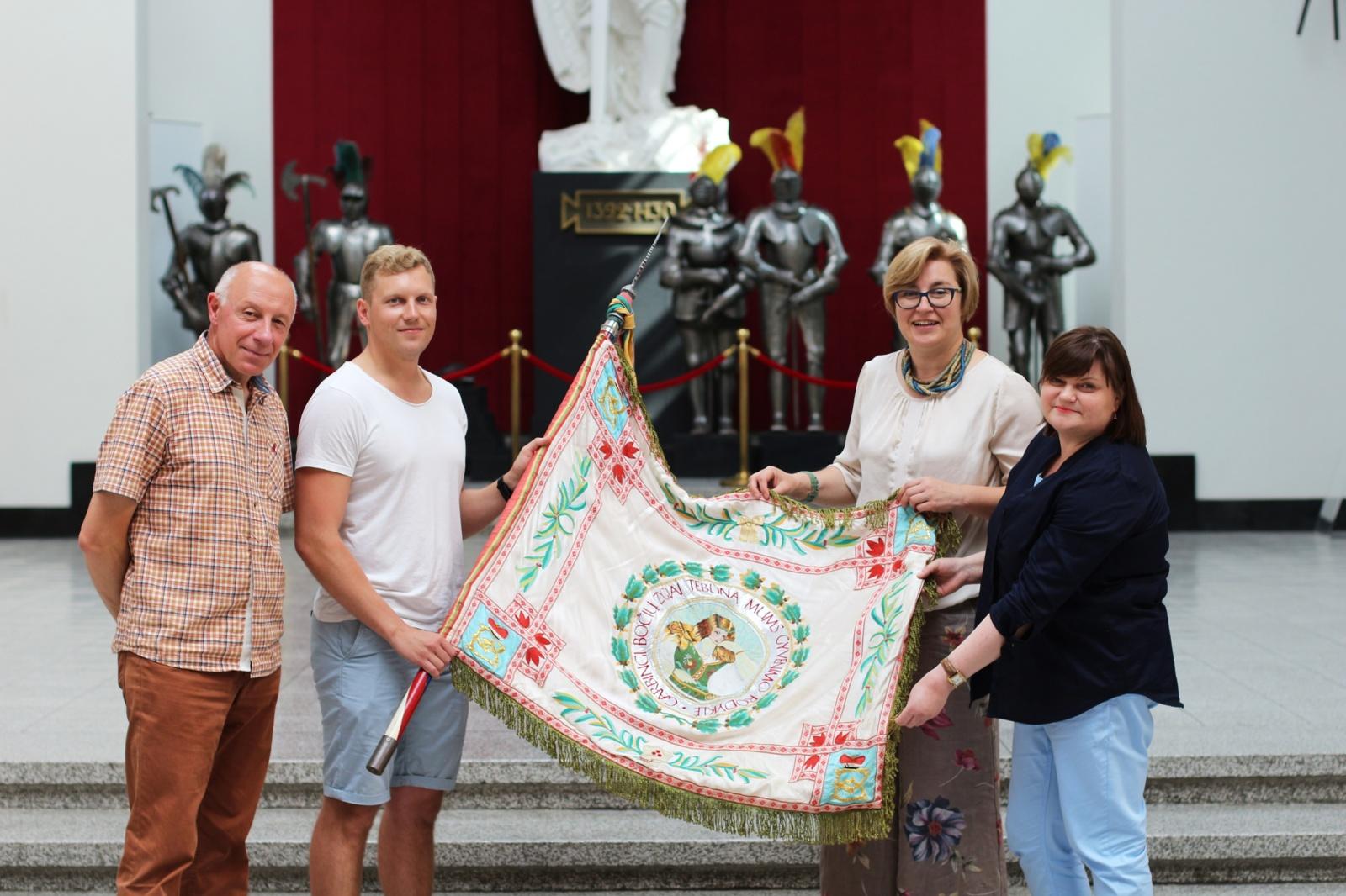 Didžiosios kunigaikštienės Birutės ulonų bataliono kovinė vėliava perduota Karo muziejui