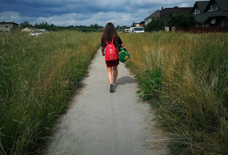Šiauliečiai pasipiktino: nenupjauta žolė juosia dviračių takus