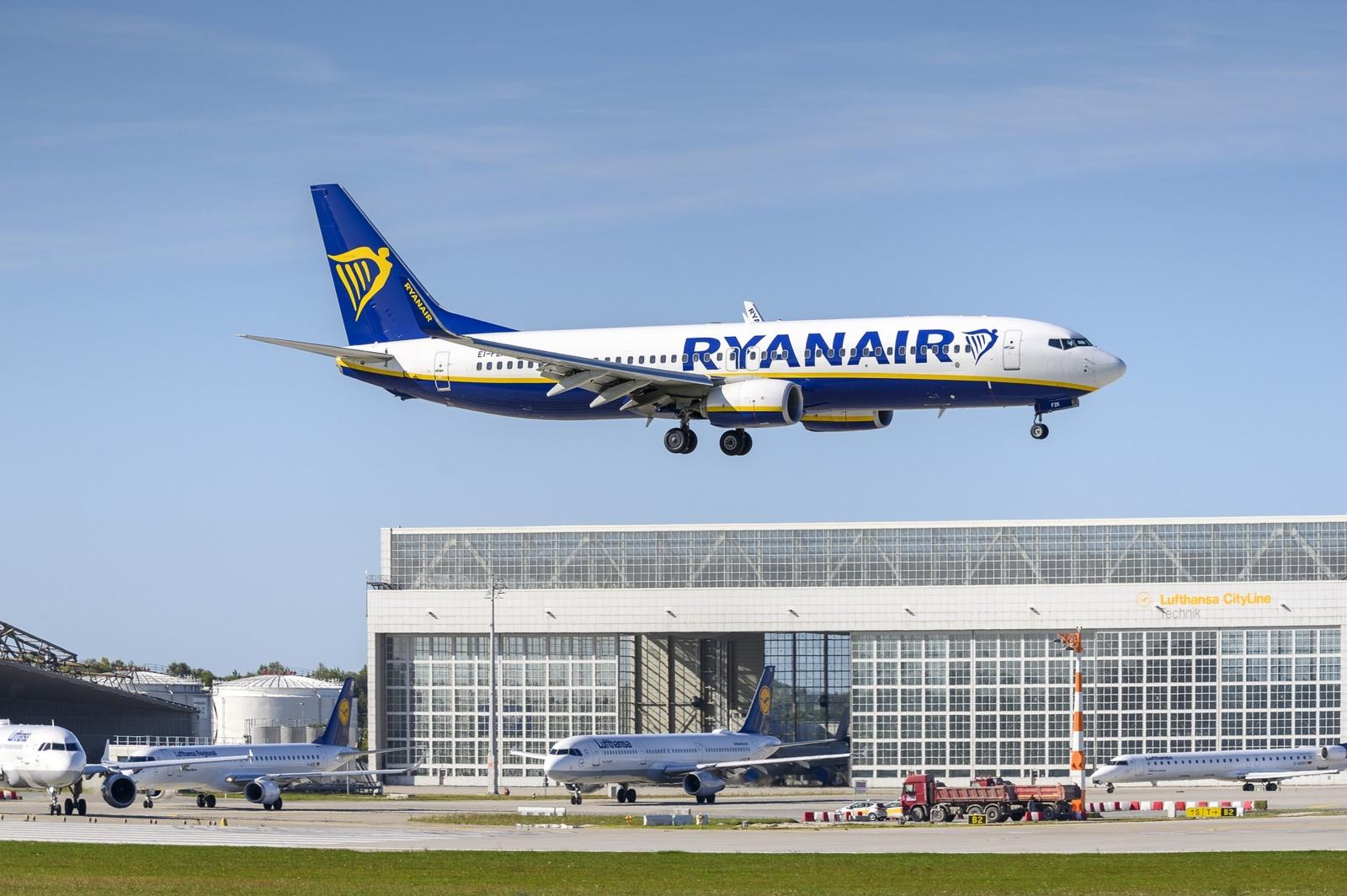 Oro uostuose masiškai atšaukinėjami skrydžiai iš Anglijos