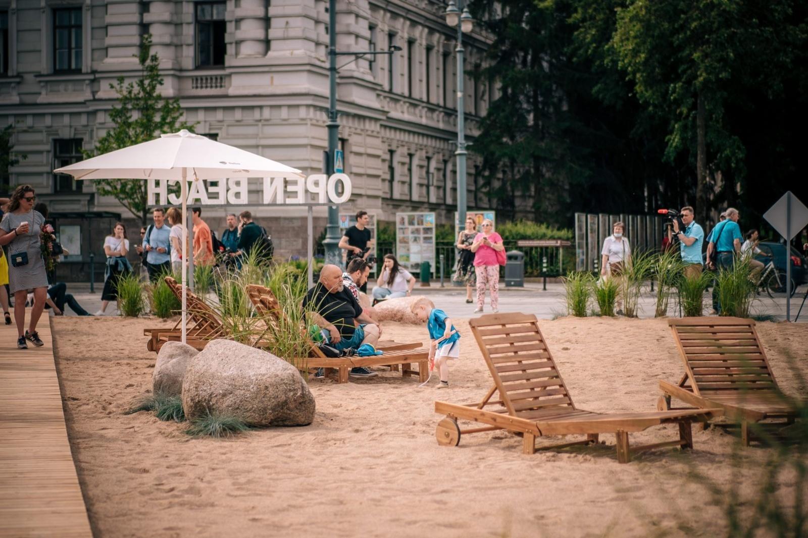 Poilsiautojai išsilakstė: Lukiškių aikštėje įrengtame pliaže pripilta fekalijų