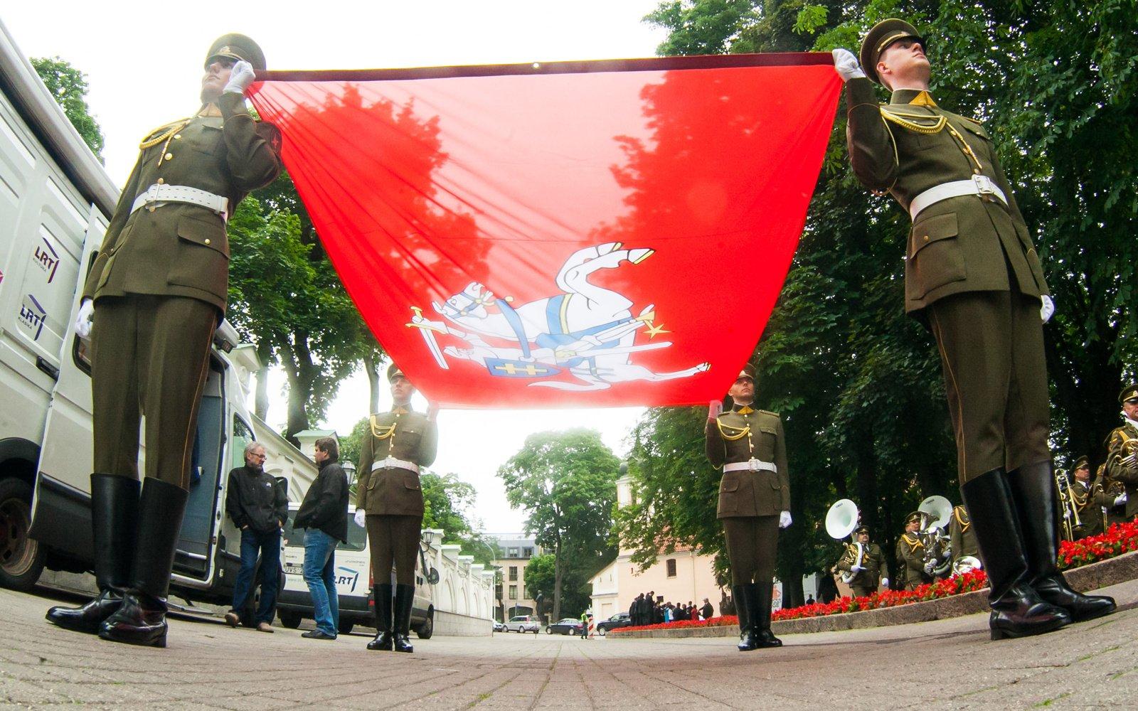 Mindaugo karūnavimo dieną Vilniuje – NATO naikintuvų skrydžiai ir XIV a. Garbės sargyba
