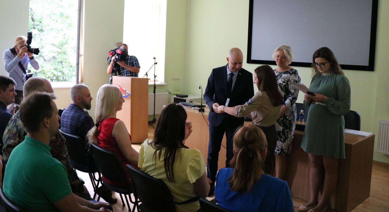 Koronaviruso iššūkį padėjusiems įveikti savanoriams įteikti padėkos raštai ir medaliai