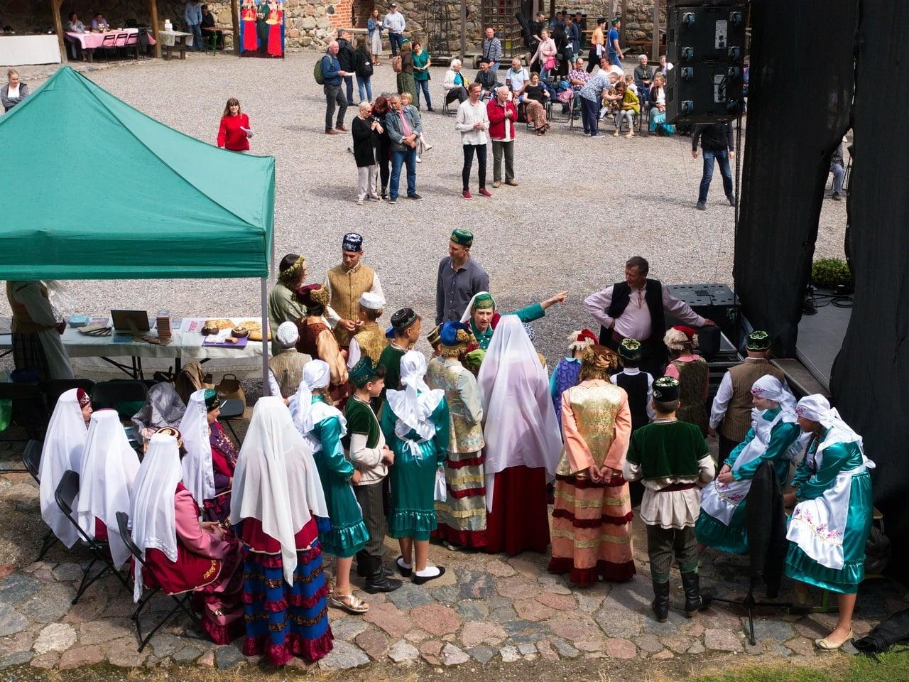 """Trakų Salos pilyje nuskambėjo tautinių bendrijų festivalis """"Čia mūsų gimtinė, čia mūsų namai"""""""