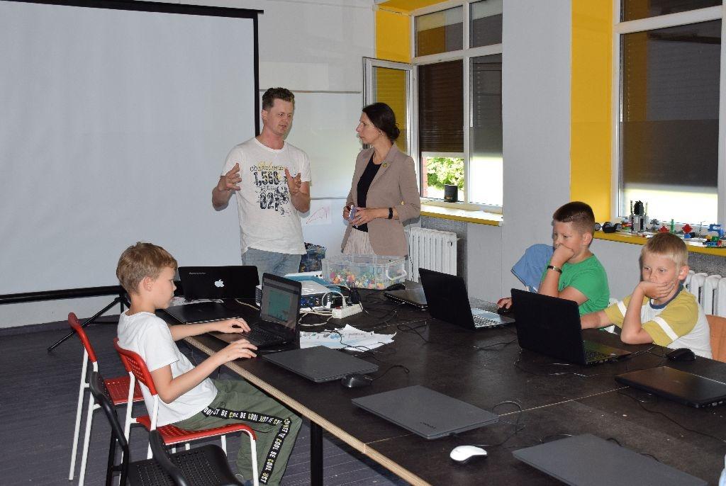 Biržuose vaikai vasaros užimtumo stovykloje dirba su konstruktoriais