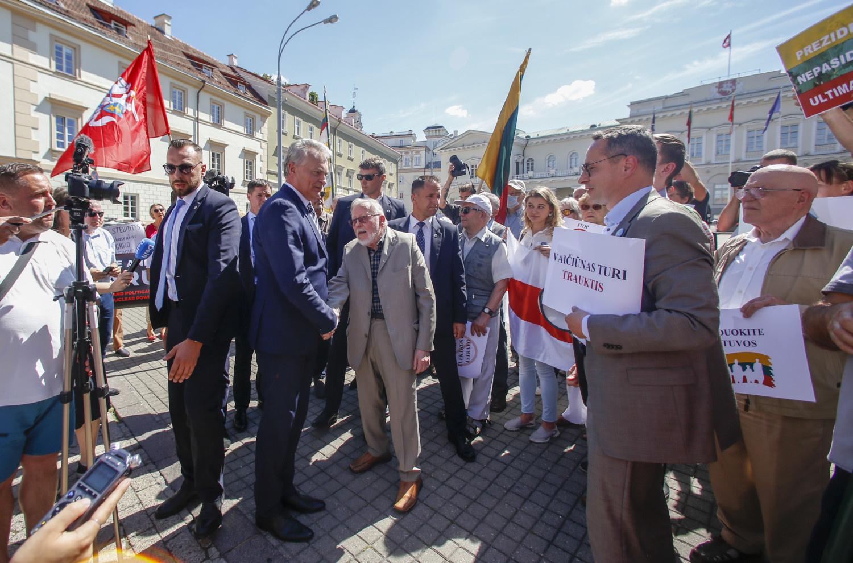 Mitinguotojai ragino G. Nausėdą laikytis principinės pozicijos dėl Astravo AE, pasirodė ir pats prezidentas
