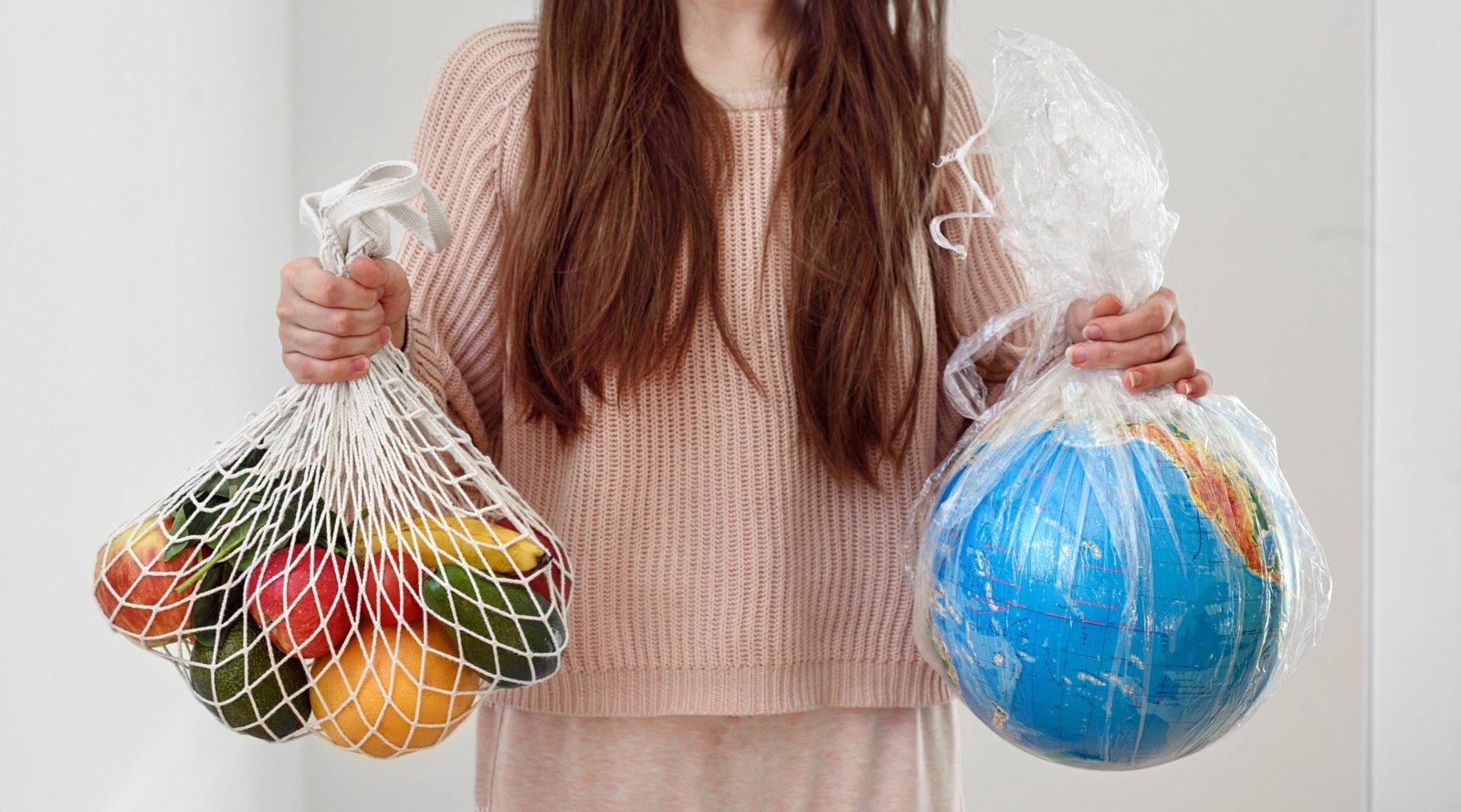 Bus tikrinama, ar prekybininkai ima mokestį už plastiko maišelius