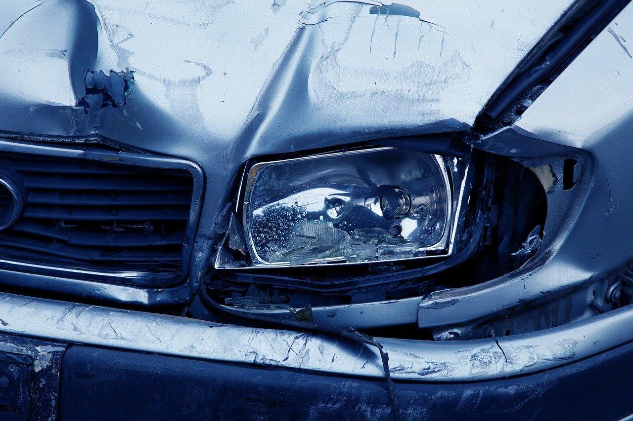 Neblaivus ir teisės vairuoti neturintis mažeikiškis rėžėsi į sustojusį automobilį