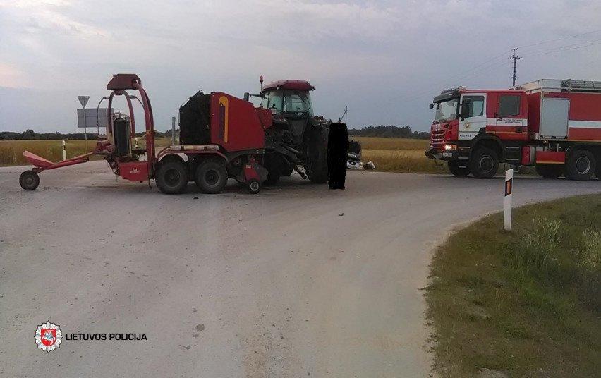 Plungės rajone susidūrė automobilis ir traktorius