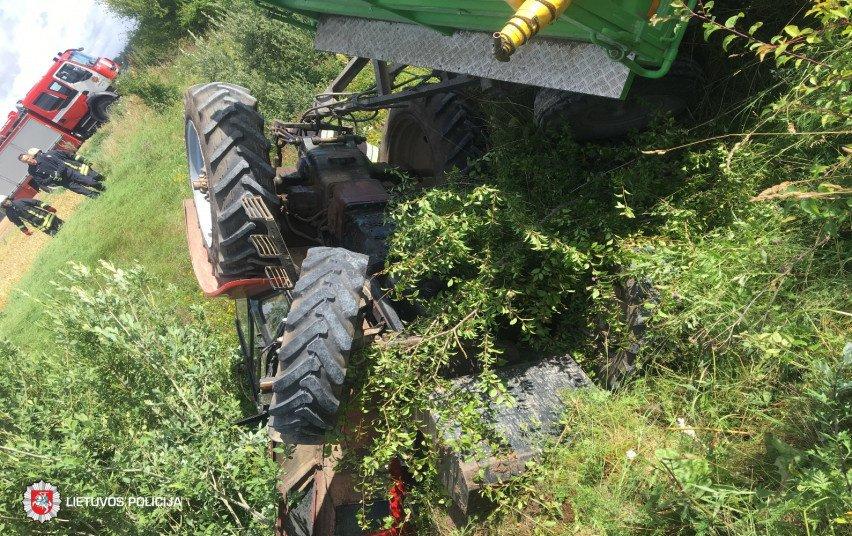 Joniškio rajone apvirto traktorius, nukentėjo vairuotojas
