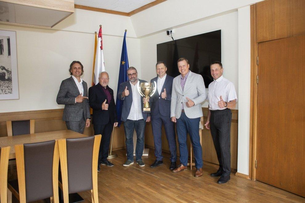 """Panevėžio """"Olimpo"""" ledo ritulio veteranų komanda iškovojo aukso medalius"""