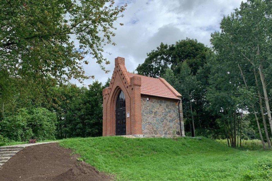 Priekulės seniūnijoje restauruota koplyčia-mauzoliejus