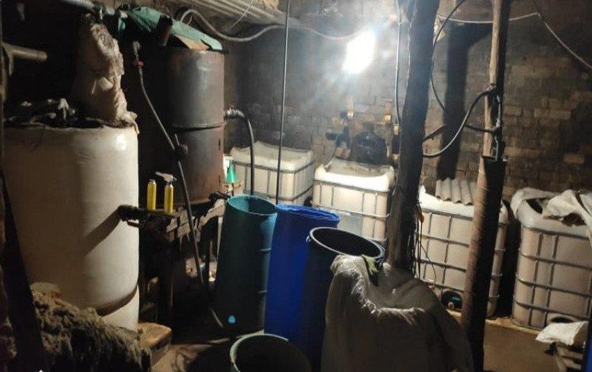 Ūkiniame pastate – naminukės aparatas, 16 litrų naminės degtinės ir 4 800 litrai raugo