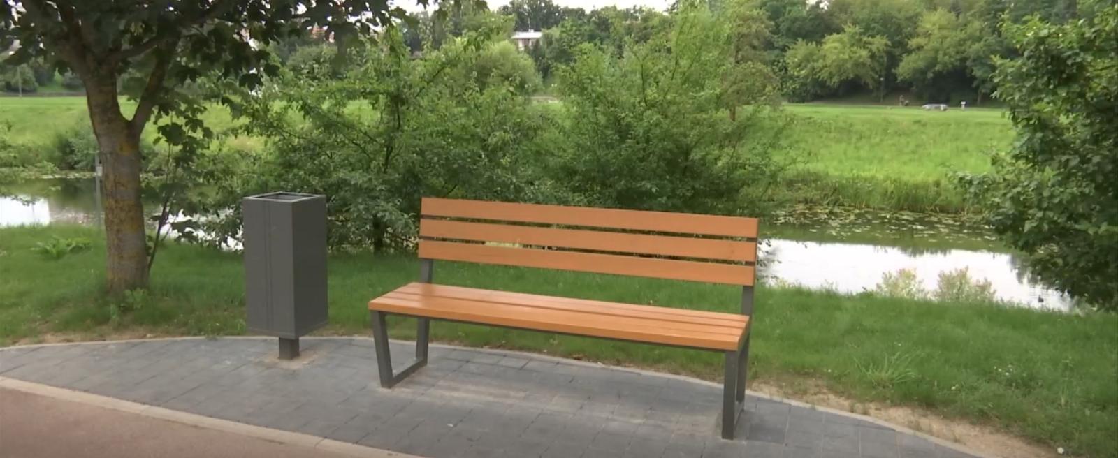 Po gatvės rekonstrukcijos Panevėžyje – miestiečiams juoką keliantys atbuli suolai (vaizdo įrašas)