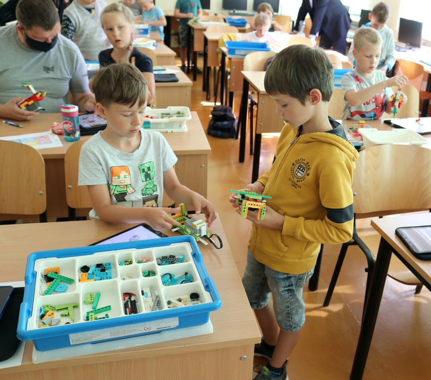 Vasaros robotikos stovykloje vaikai pasijaučia kosmoso inžinieriais