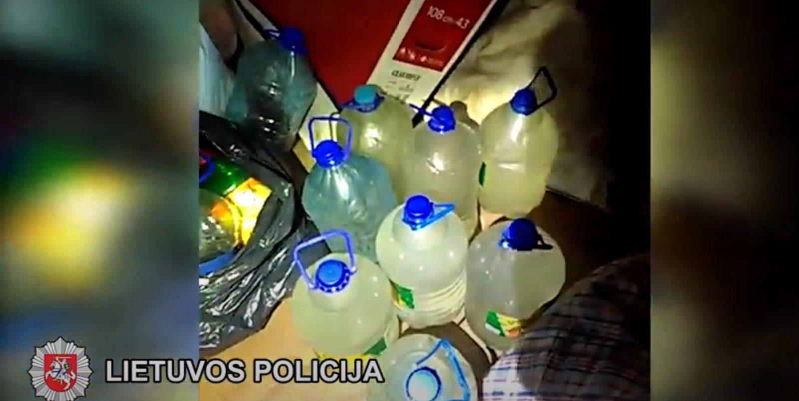 """Šalčininkų policijos paregūnai konfiskavo 40 litrų """"naminukės"""" (vaizdo įrašas)"""