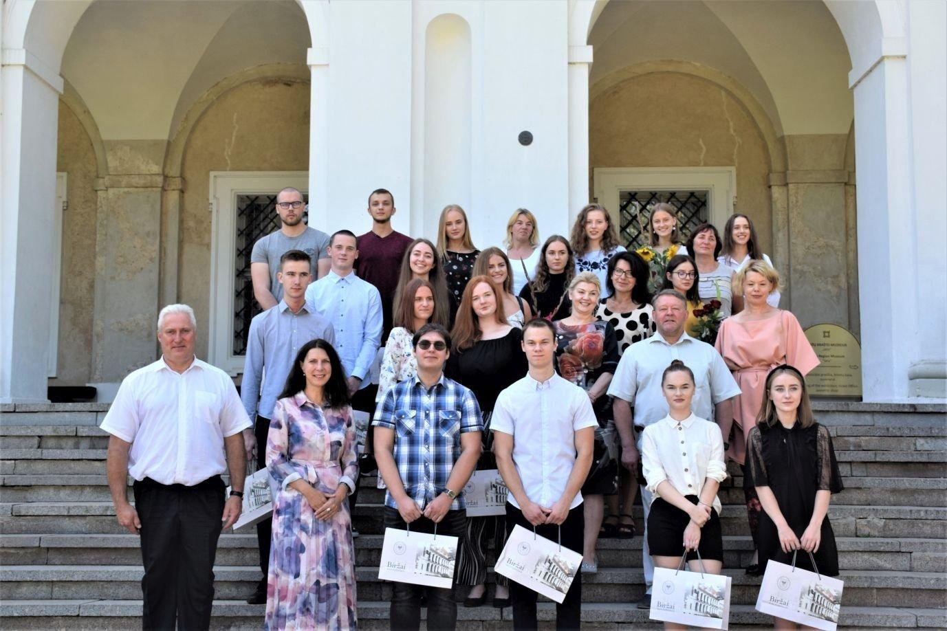 Biržų rajono savivaldybės vadovai pasveikino geriausiai valstybinius brandos egzaminus išlaikiusius abiturientus