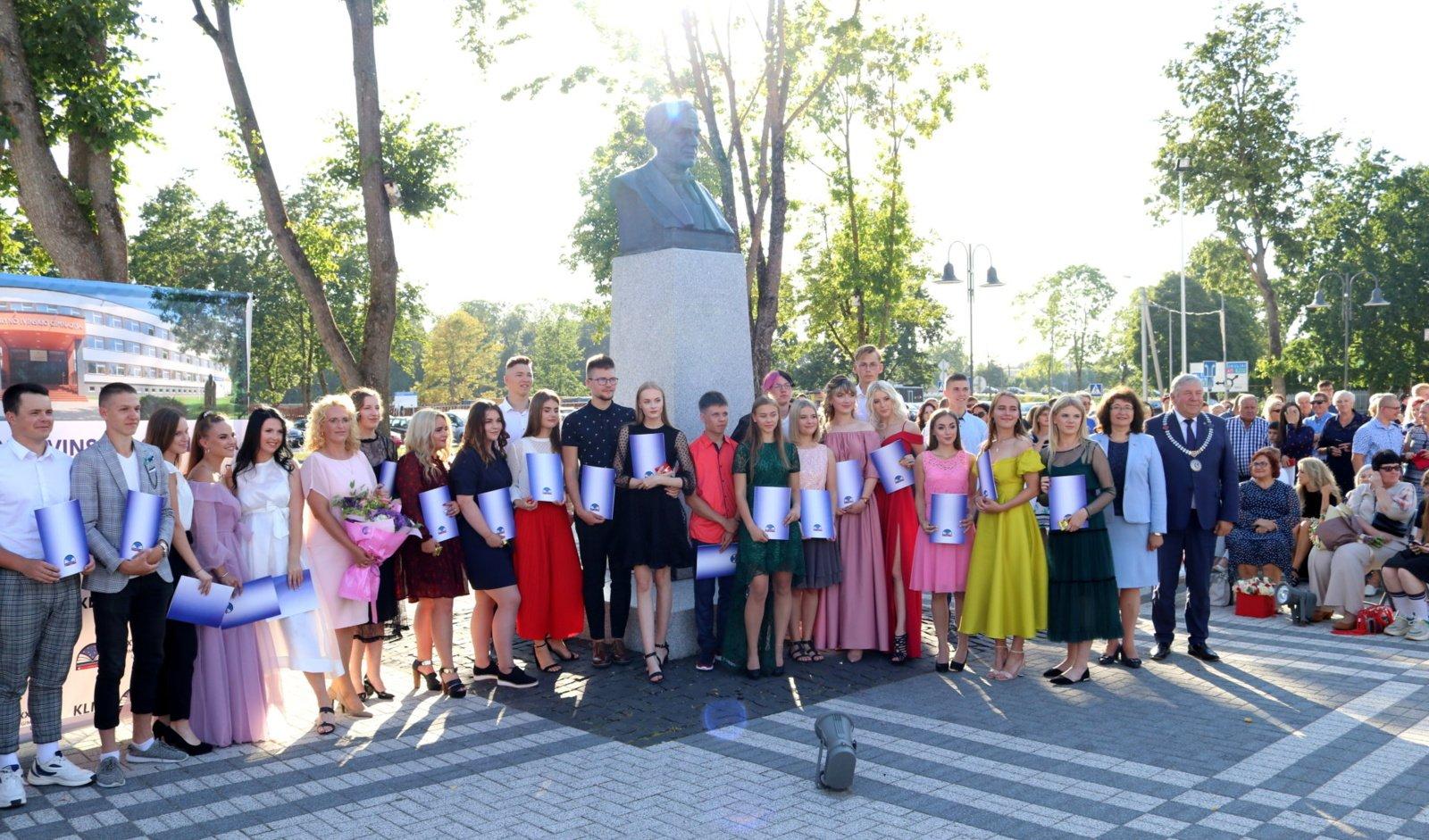 99-iems Kuršėnų Lauryno Ivinskio gimnazijos abiturientams įteikti brandos atestatai