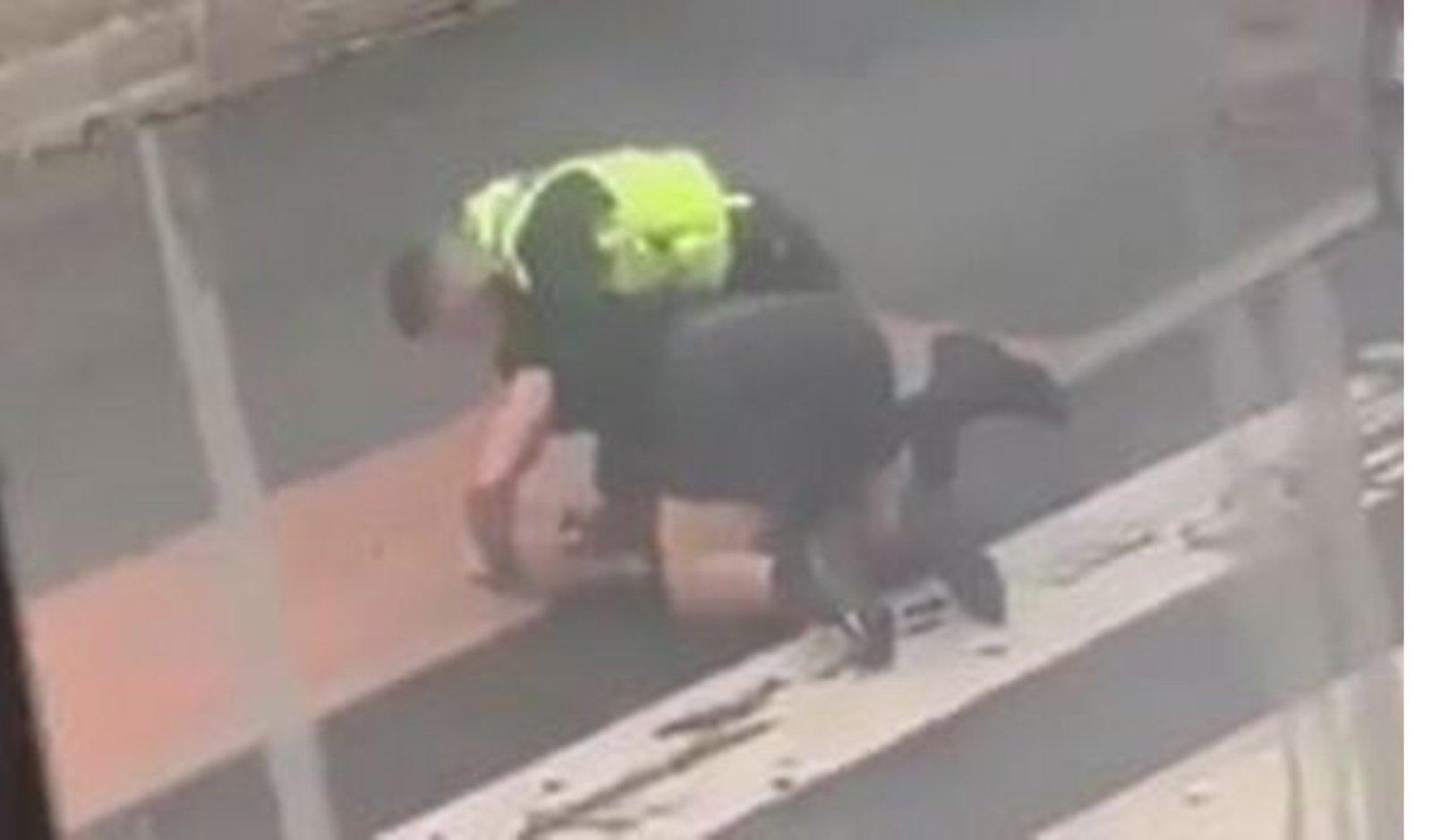 """Policininkas per sulaikymą: """"Nusiramink arba aš tave prismaugsiu"""""""