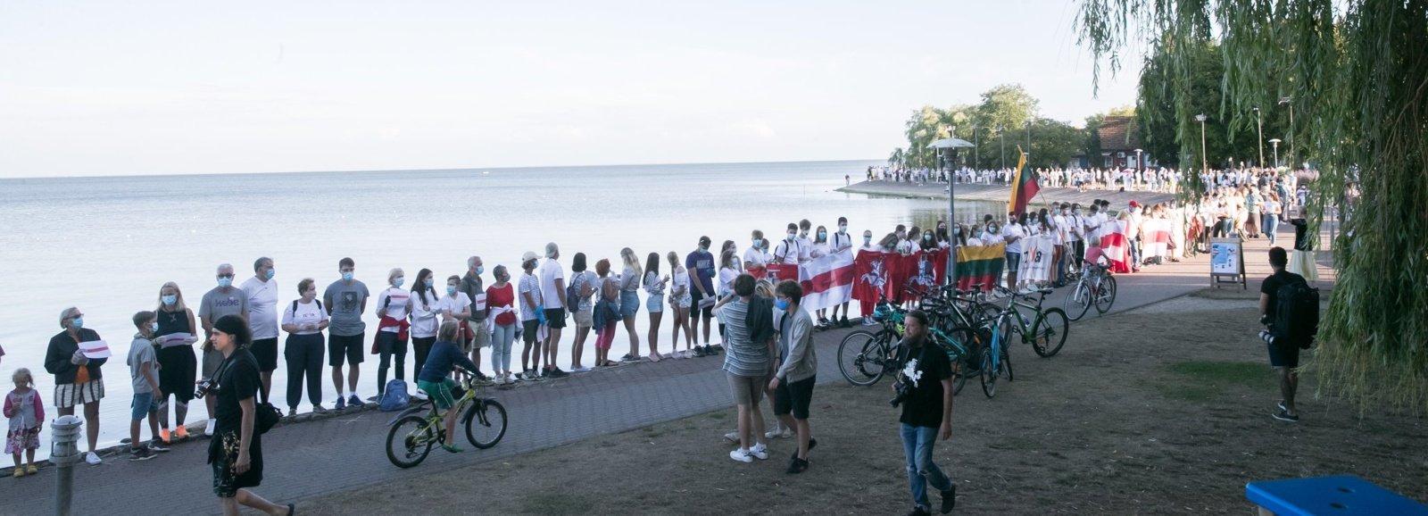 Minint Baltijos kelio dieną Kuršių nerijos pakrantė nusidriekė gyva žmonių grandine