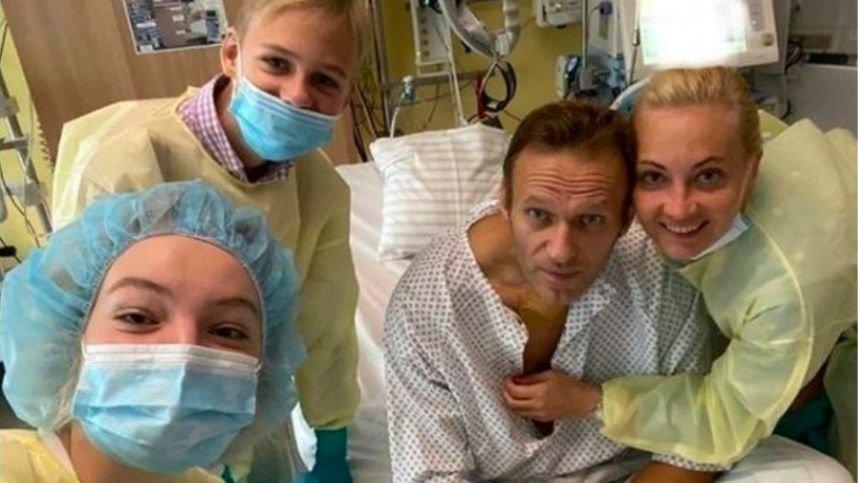 A. Navalnas išplatino pirmąją savo nuotrauką iš ligoninės palatos