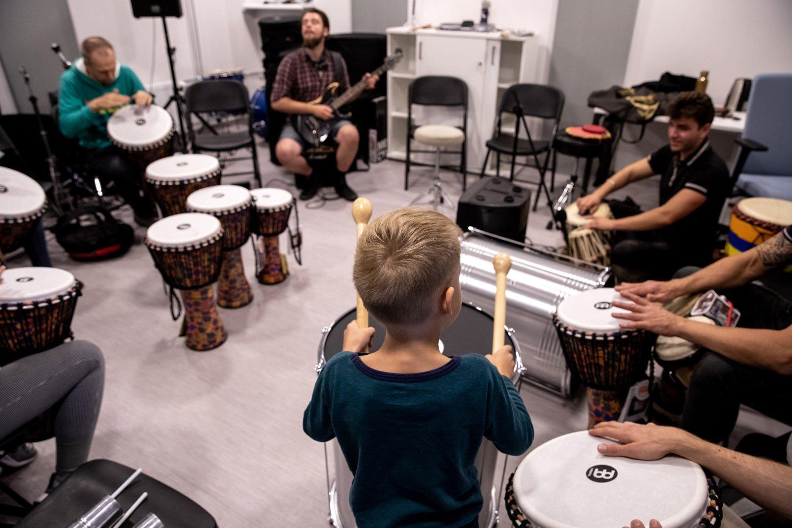 """Šiaulių kultūros centras buria muzikos entuziastus: junkitės prie """"Būgnų rato""""!"""