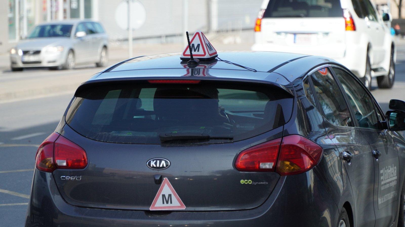 Dėl prievolės testuoti vairavimo mokymo ir egzaminų rengėjus prireiks įstatymo keitimo