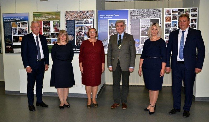 """Vydūno viešojoje bibliotekoje atidaryta """"Kroatijos nematerialus kultūros paveldas, įtrauktas į UNESCO sąrašą"""" paroda"""