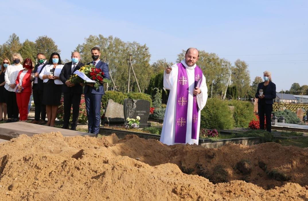 Į bendrą kapą perlaidoti restauruojant Zapyškio bažnyčią atkasti šimtmečius išgulėję palaikai