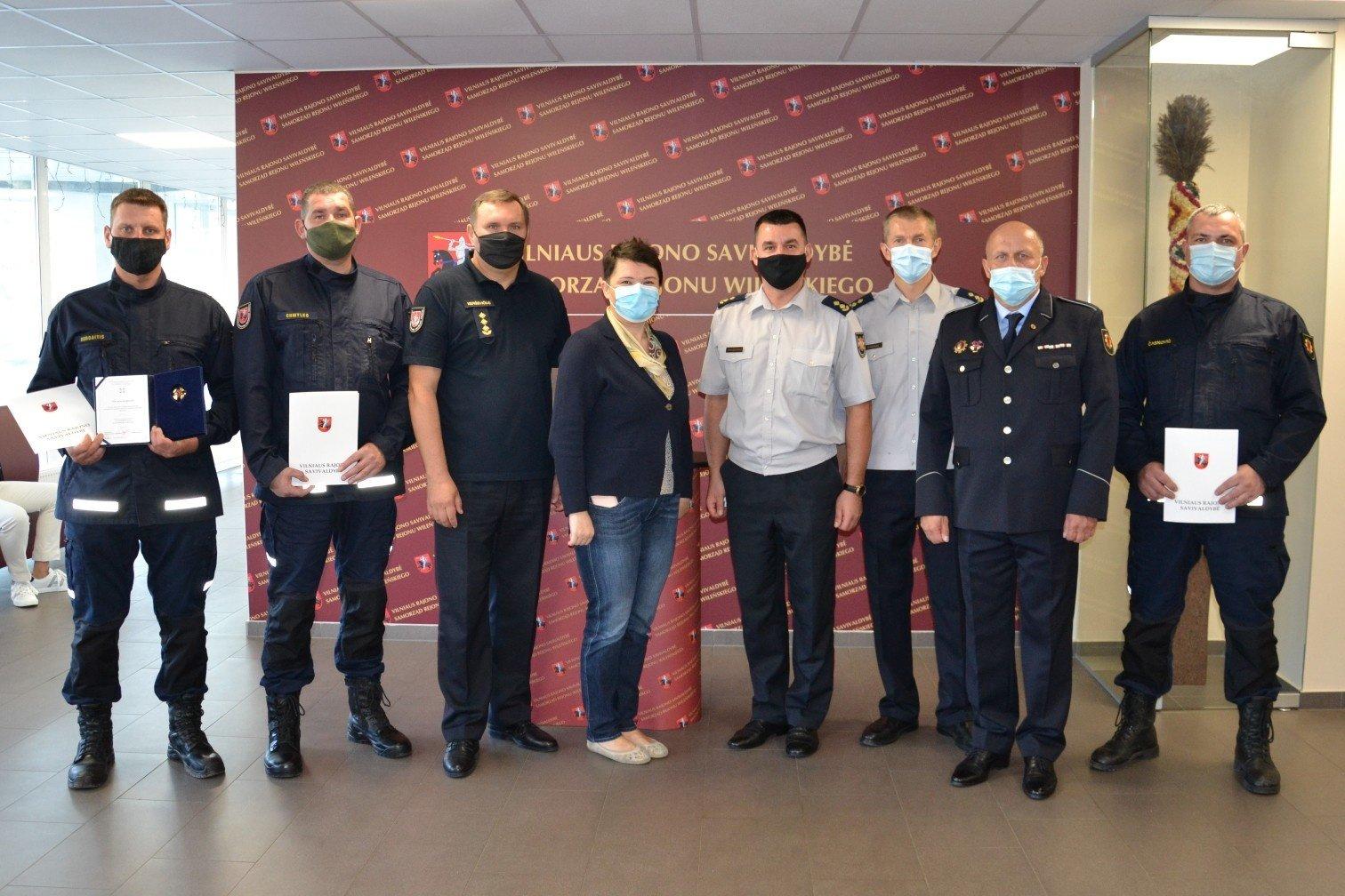 Tarybos posėdžio metu pasveikinti žmogaus gyvybę išgelbėję gaisrininkai ir geriausi šių metų ūkininkai