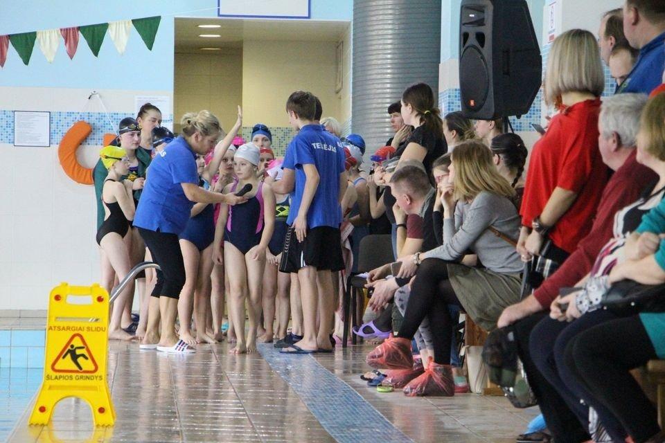 Vaikai baseine mokosi plaukti