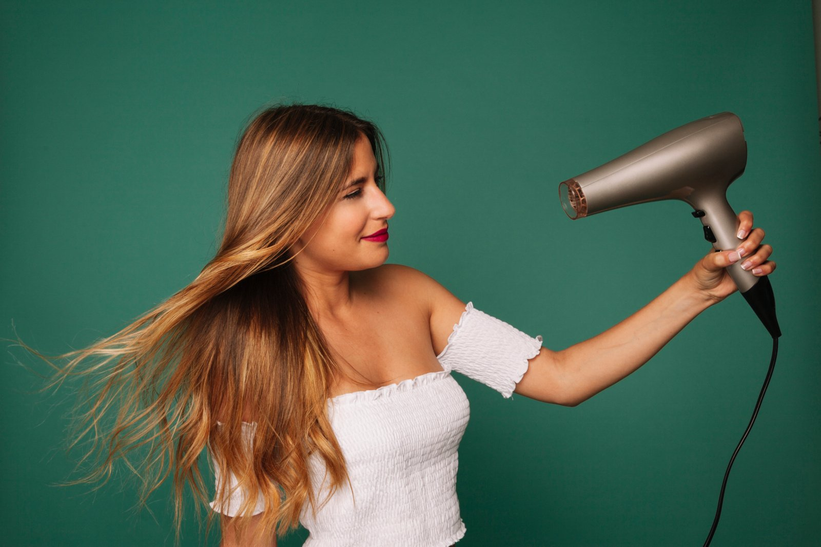 Plaukų džiovintuvas lygina rūbus ir naikina dėmes: keli nustebinsiantys triukai