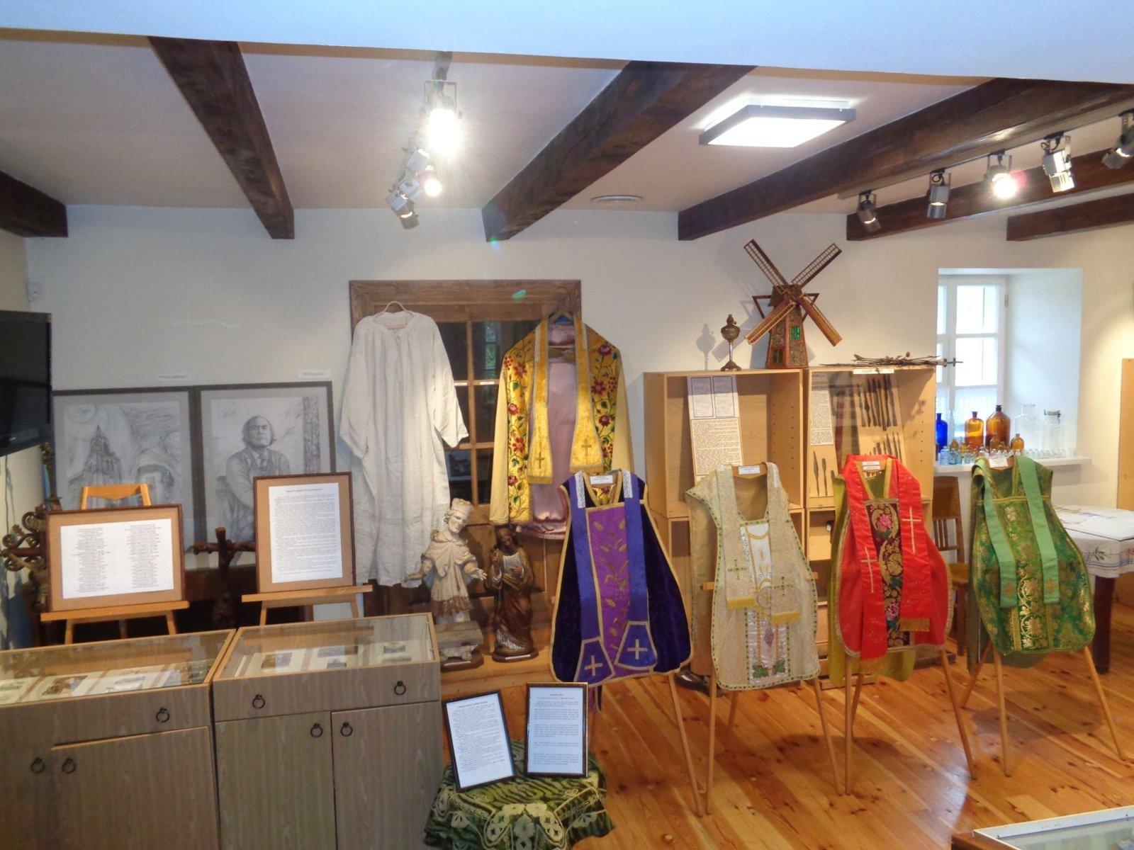 """Pakruojo karšto muziejuje """"Žiemgala"""" Žeimelio katalikų bažnyčios istorija ir liturginiai rūbai"""