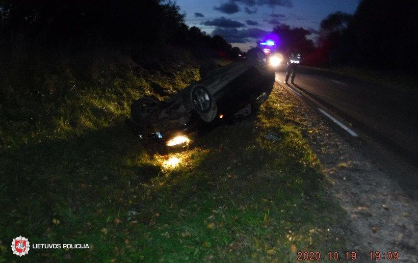 Kretingos rajone nuo kelio nuvažiavo ir apvirto automobilis