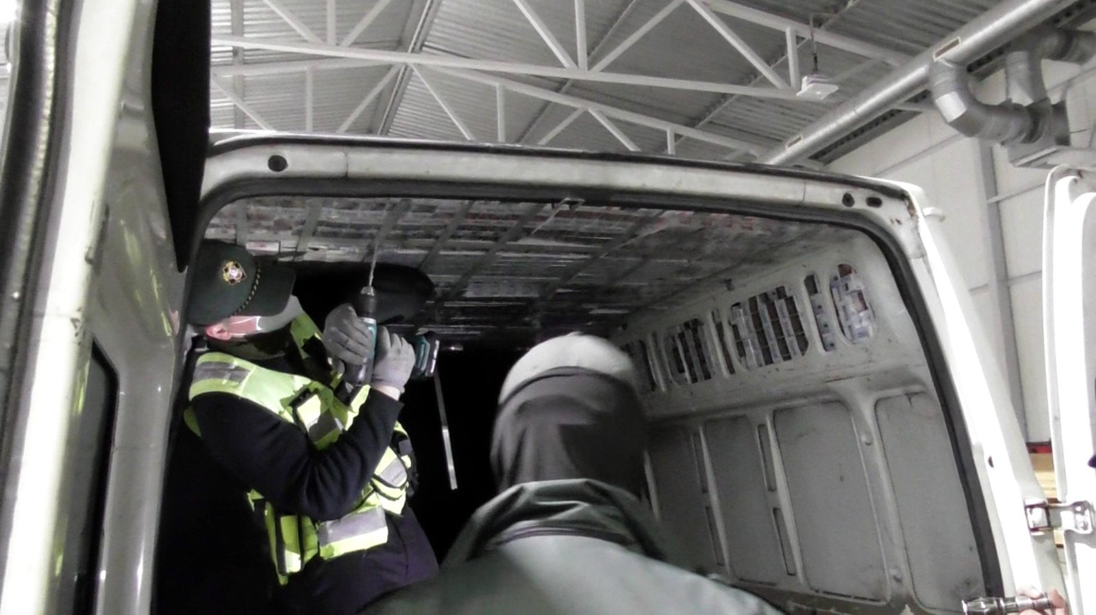 Šalčininkų poste sulaikyti 3 įtariami kontrabandininkai ir muitininkas