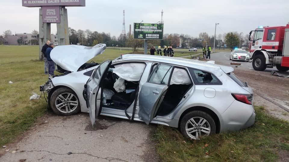 Panevėžyje neblaiviai vairuotojai atsitrenkus į stulpą nukentėjo du kartu važiavę vaikai