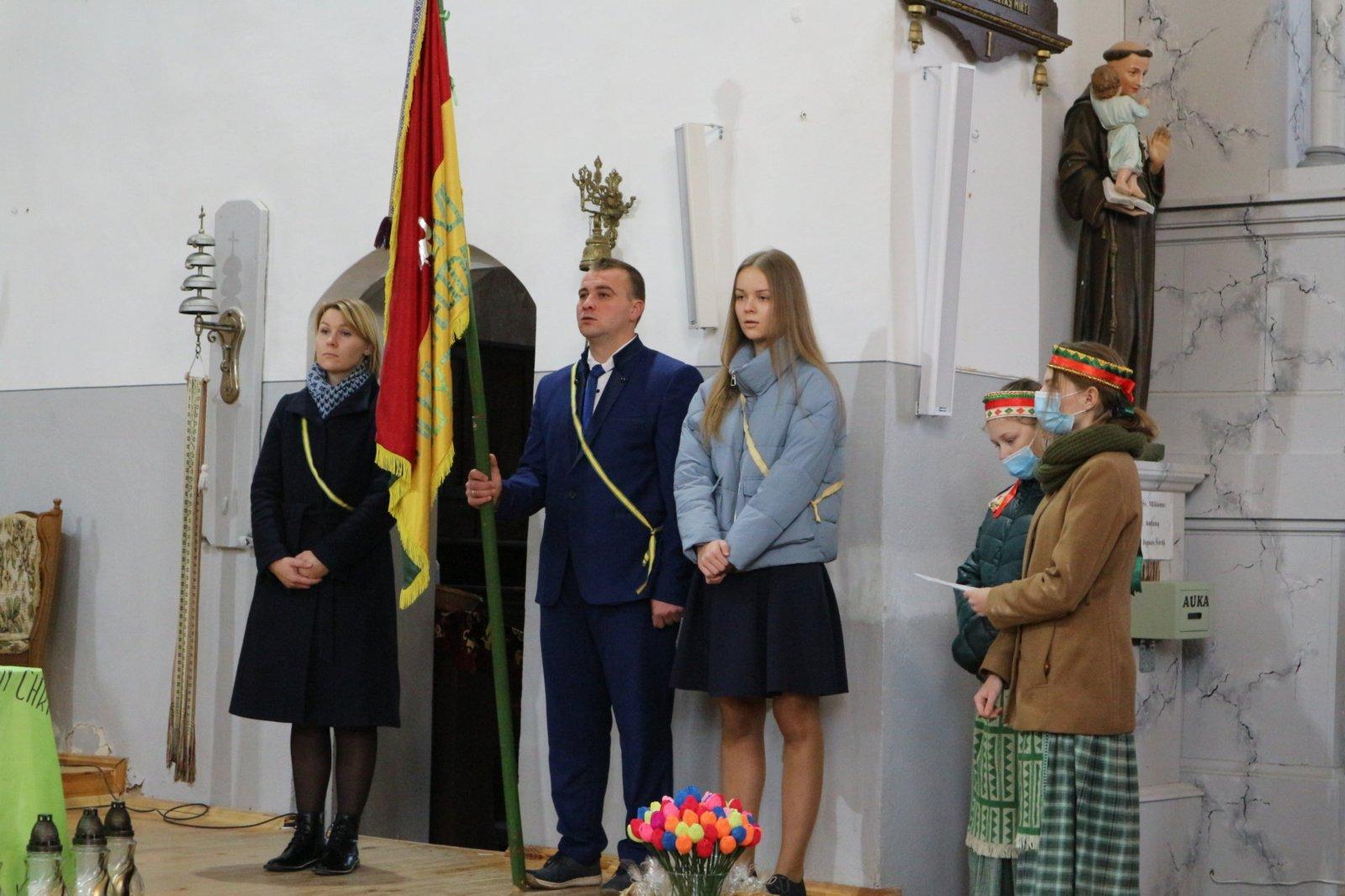 Ketvirtis amžiaus su ateitininkų vėliava