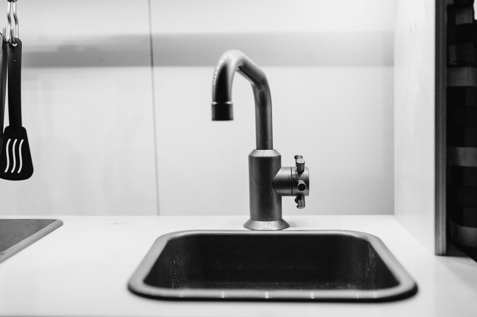 5 patarimai, kaip atkimšti užsikimšusią kriauklę, jei neturite santechninės pompos