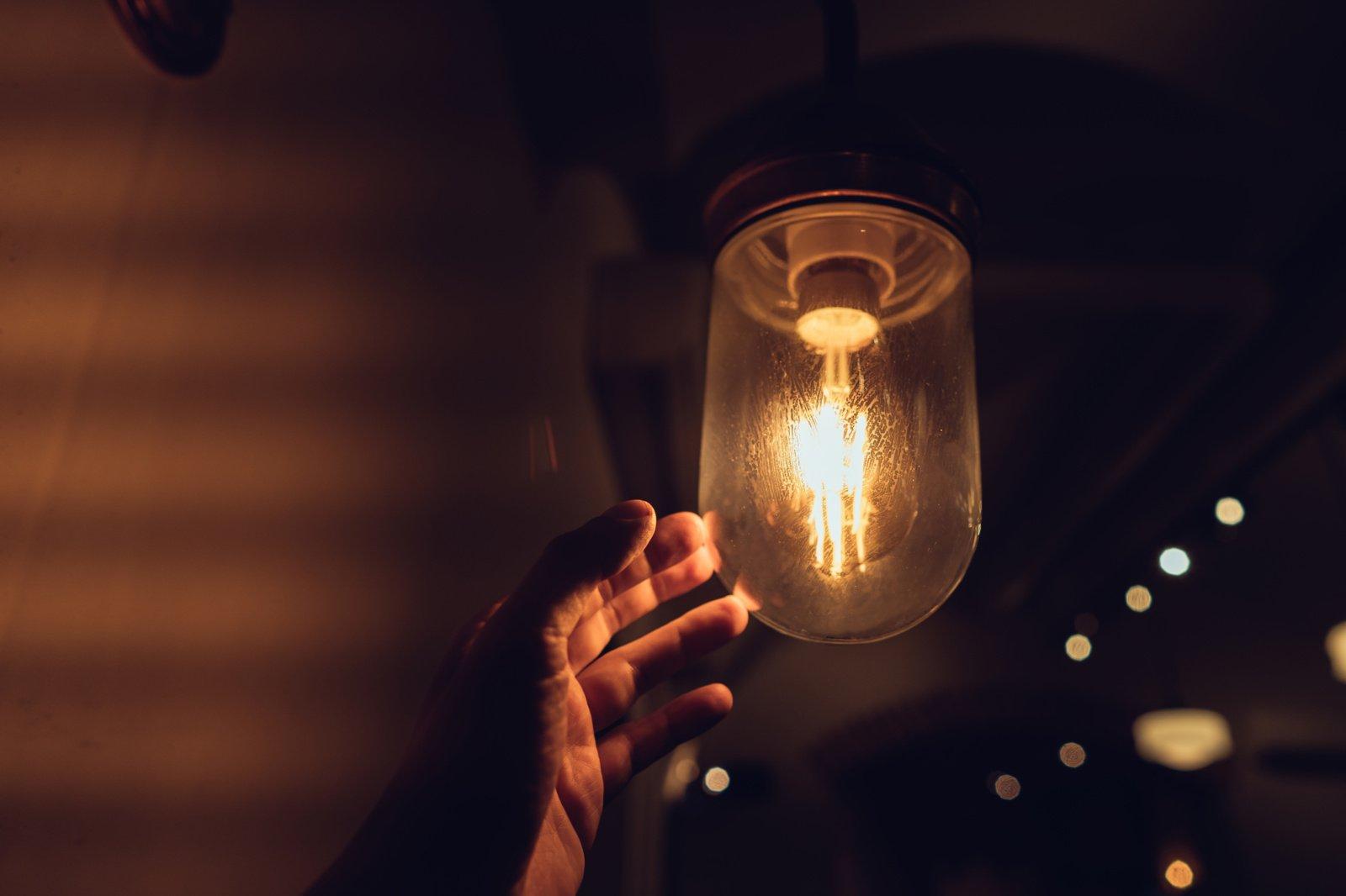 Paprastai ir aiškiai:  kaip pasirinkti elektros energijos tiekėją