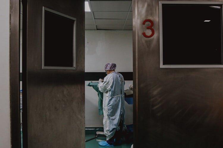 """Europos šalyse tebesitęsia drama dėl """"AstraZeneca"""" vakcinos"""